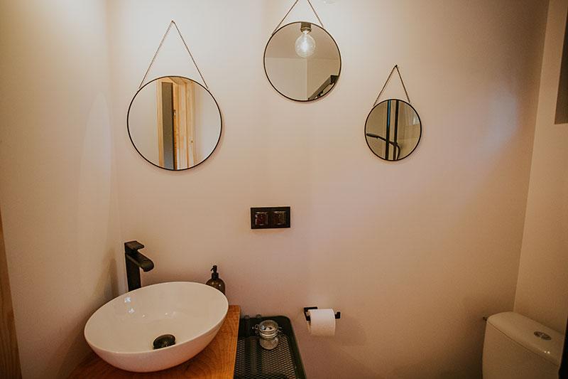 Widok na łazienkę i lustra w Houseforrest