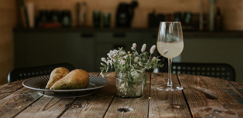 Wisok nastół, gruszki, kwiaty i napój