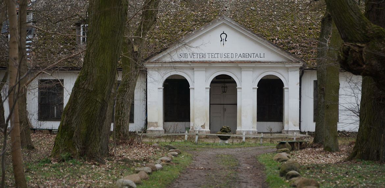 Widok na budynek w Skansenie w Suchej