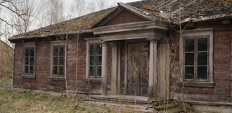 Widok na stary dom w skansenie Suchej