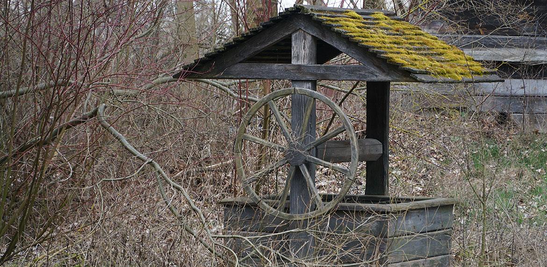 Widok na starą studnię w skansenie w Suchej